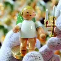 Engel aus der Goldedition bei der Komplettierung in der Wendt & Kühn Manufaktur